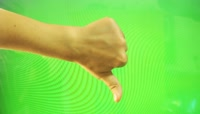 Female hand gestures on green screen\- countdown from five绿布抠像素材